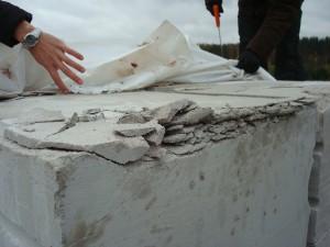 Рис. 4. Повреждение блоков стропами при разгрузке поддонов