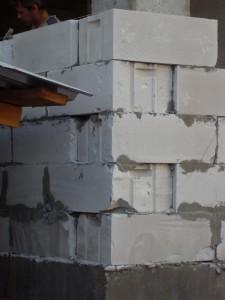 Рис. 6. Укладка поврежденных изделий в стену (узел сопряжения кладки газобетонных блоков с фундаментом)